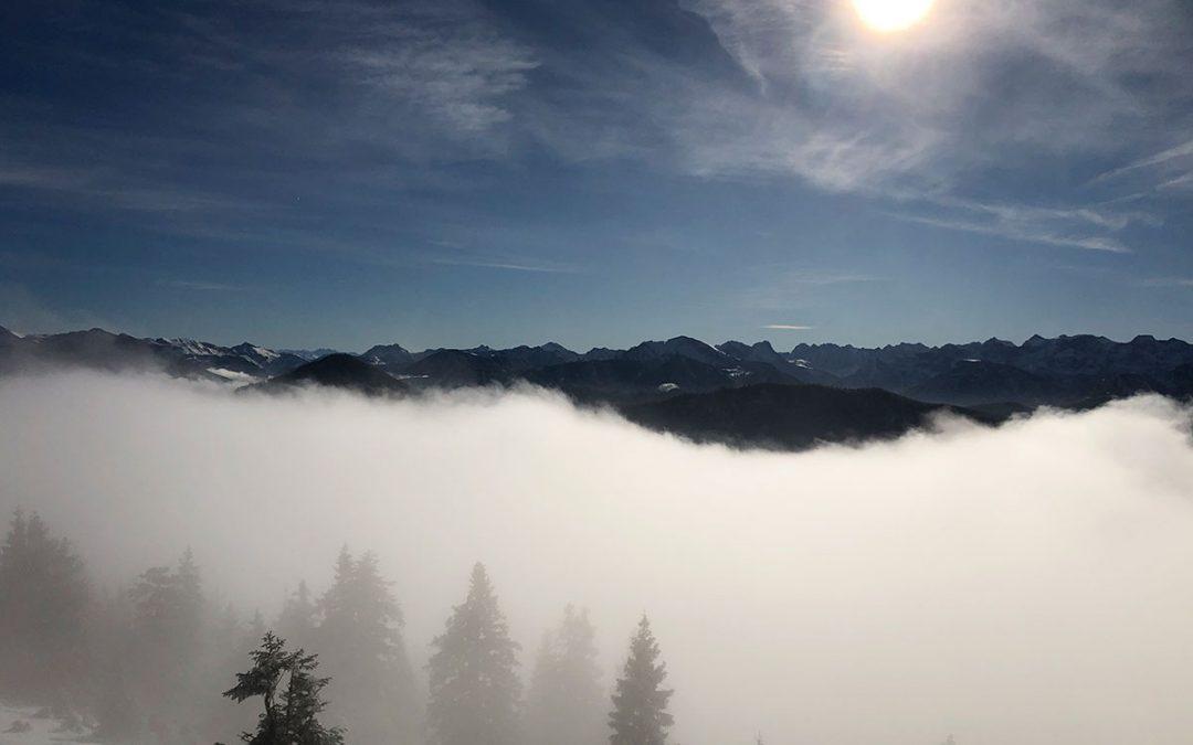 Gipfelglück im Schnee mit Tee